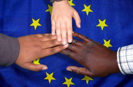 Corte UE all'Italia: illegittimo escludere gli stranieri dagli aiuti alla famiglia